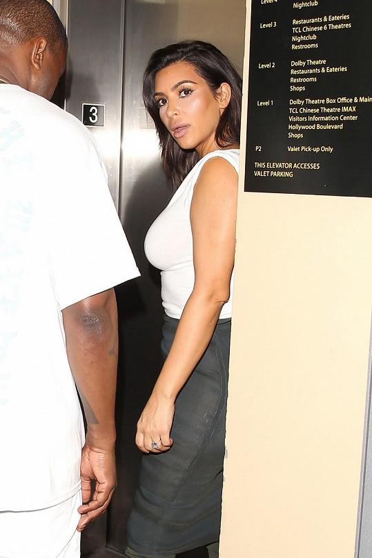 Kalhotkového faux pas své ženy si nevšiml asi ani Kanye West.