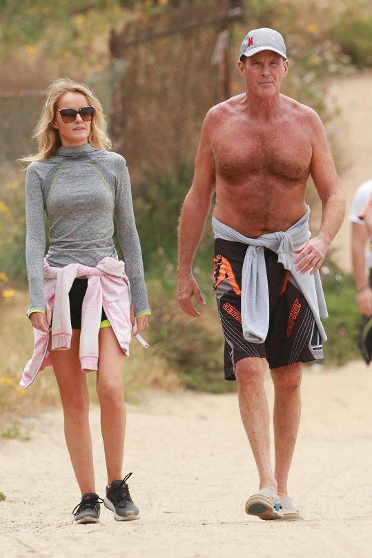 David Hasselhoff na procházce se snoubenkou Haley Roberts