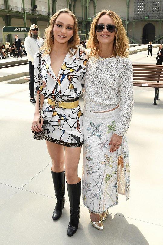 Lily Rose-Depp vyrazila s matkou na přehlídku Chanelu v Paříži.