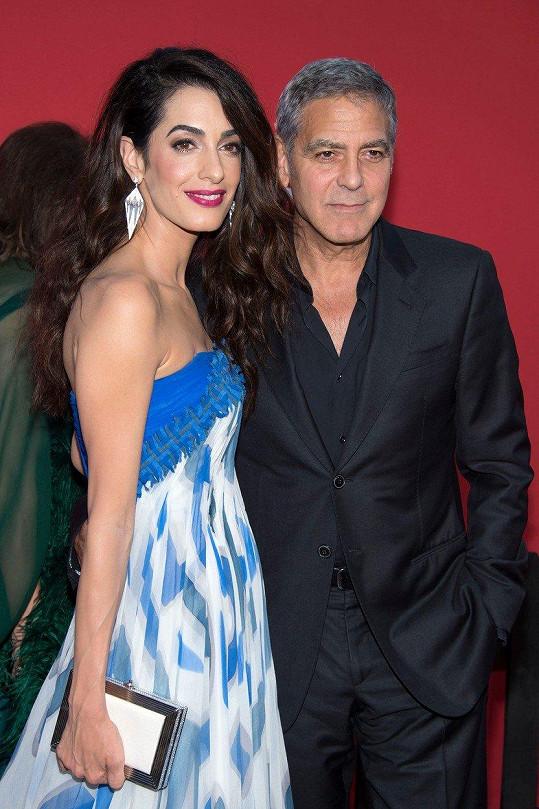 S Georgem Clooneym vychovává dvojčata.