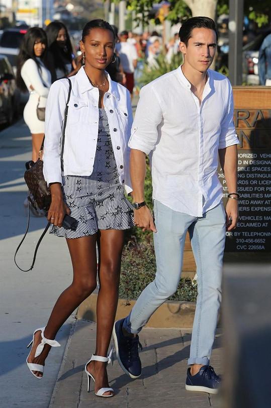 Jasmine Tookes se zasnoubila s Juanem Davidem Borrerem.