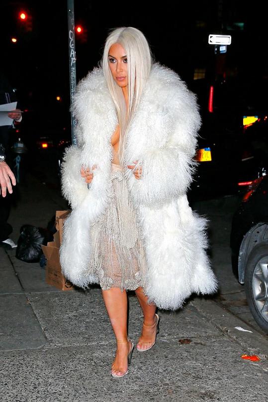 Kim Kardashian je opět na blond.