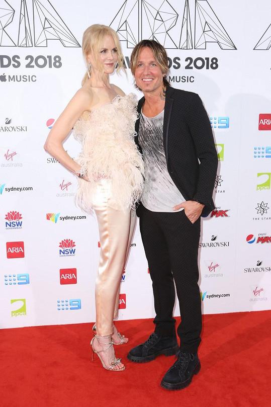 Nicole Kidman se 180 cm převyšuje manžela Keitha Urbana o pouhé dva cm. Ale zase ty podpatky. Ty herečka obouvá velmi často, a proto působí mnohem vyšší než její muž. Ostatně, je na to zvyklá. Exmanžela Toma Cruise převyšovala dokonce o deset čísel.