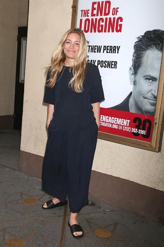 Perry na plakátu ke své hře. Na snímku herečka Piper Perabo
