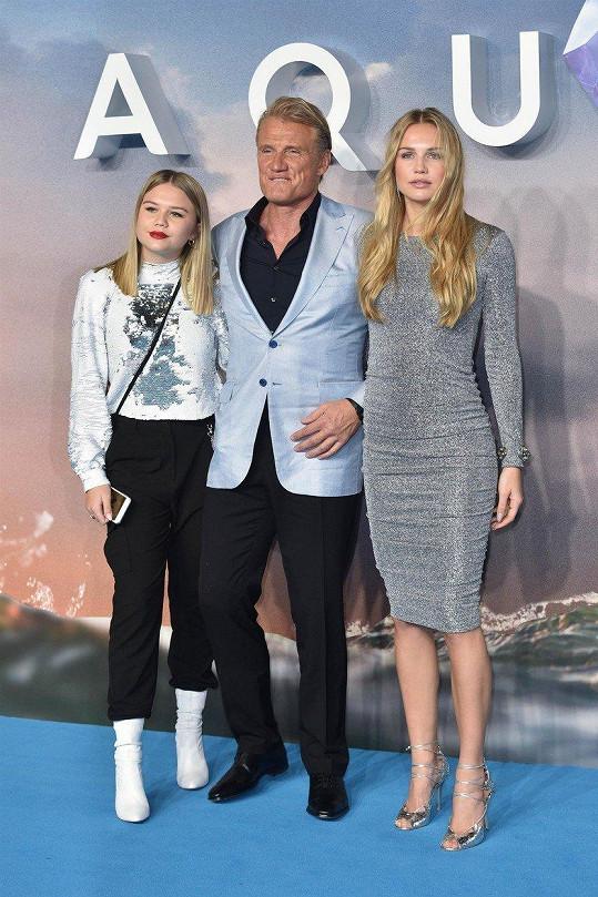 Vedle svých dcer nevypadá herec příliš drsně.