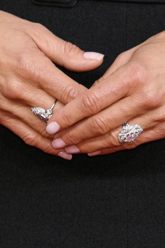 Víc ale zaujala prstenem na prsteníčku levé ruky.
