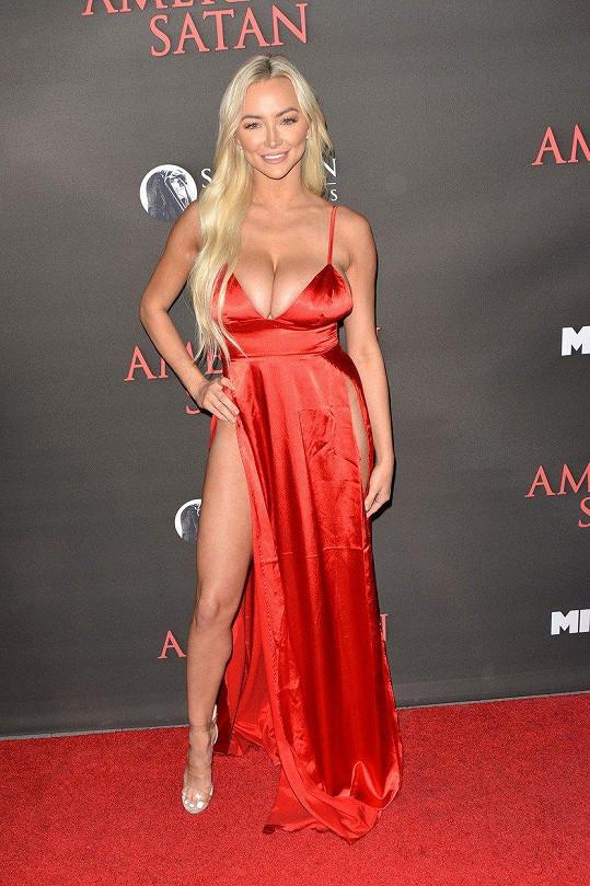 Modelka Lindsey Pelas zvolila šaty upozorňující na dekolt i nohy.