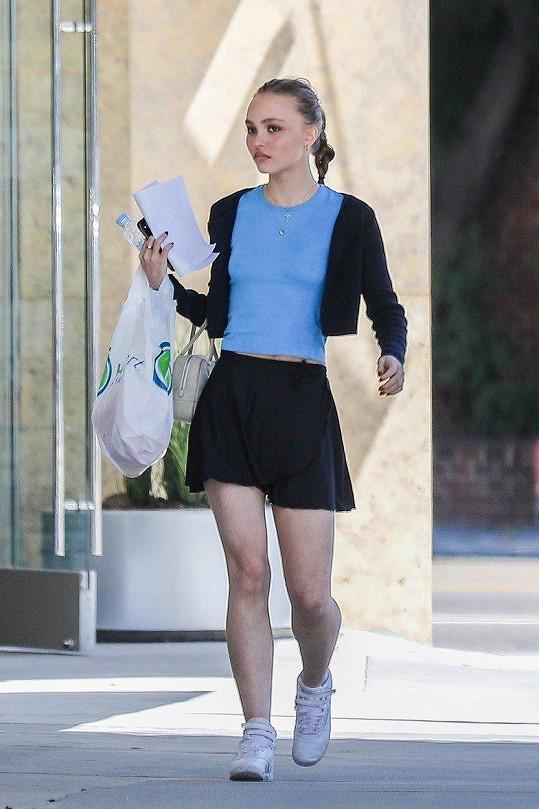 Ani dcera slavného hollywoodského krasavce Lily Rose Depp se za své přednosti nestydí.