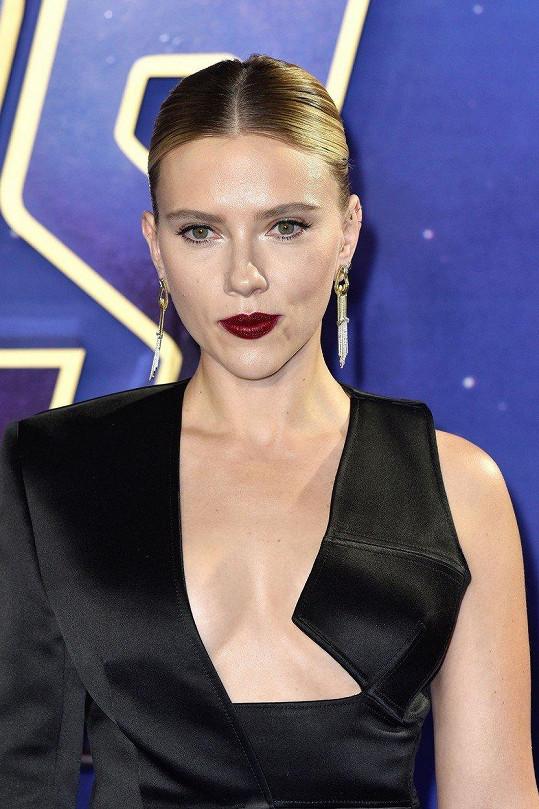 Scarlett Johansson hraje v Avengers Černou vdovu.