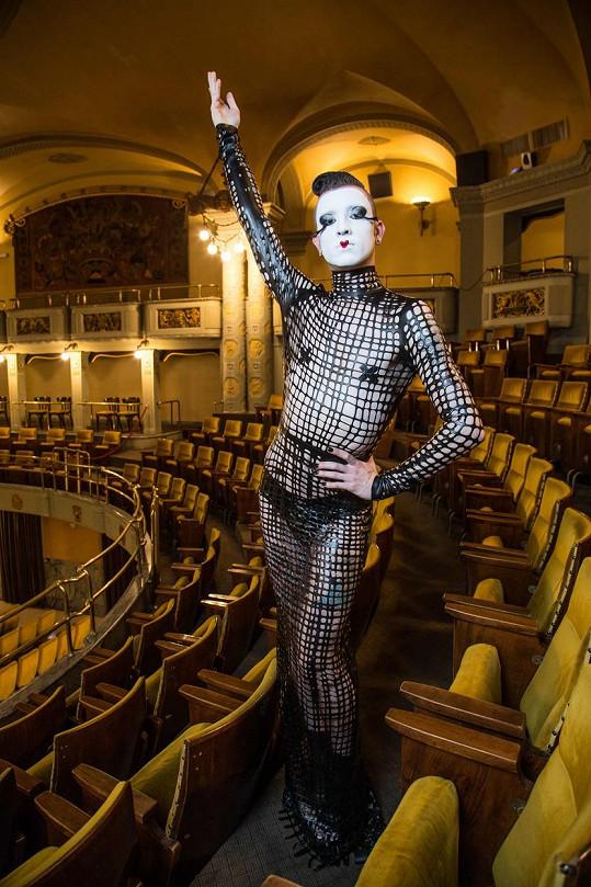 Jedním z kostýmů jsou tyto latexové šaty.