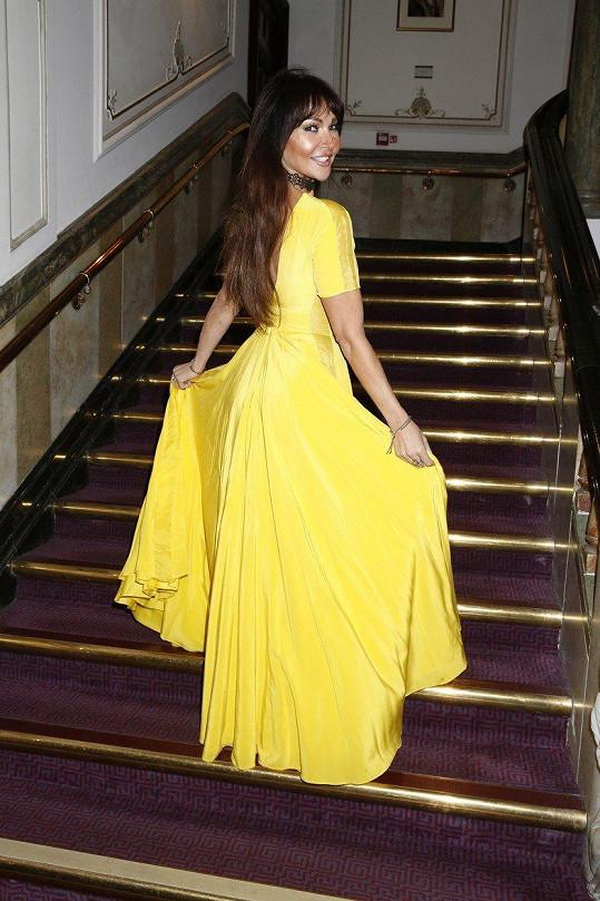 Lizzie je známa svojí zálibou v šatech, které nejen šokují svými barevnými tóny...
