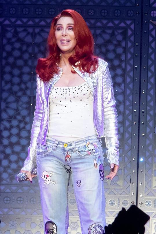 Jako zrzka Cher omládla! Lebka v rozkroku byl velice odvážný počin.