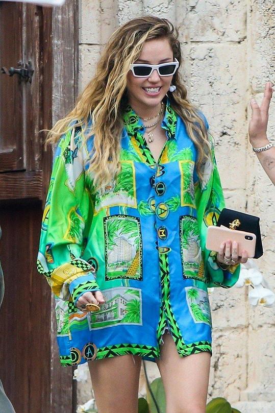 Miley na fotkách vypadá, jako by měla trochu bříško.