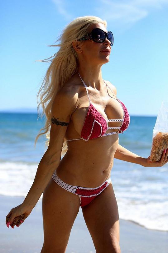 Na pláži na sebe opět upozorňovala.