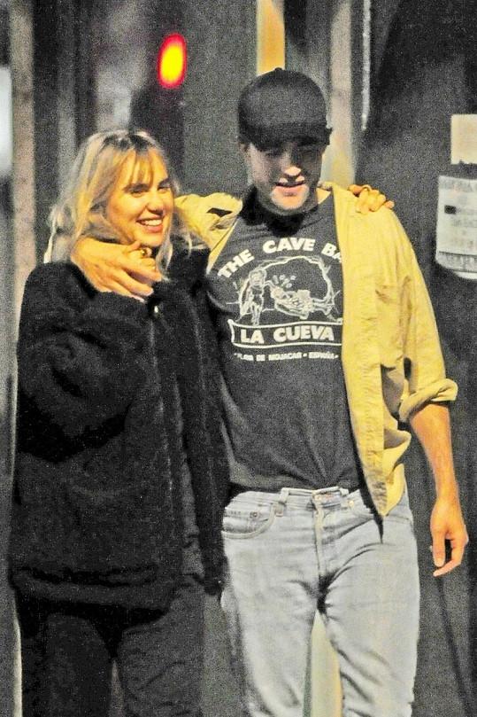 Od roku 2018 randí s Robertem Pattinsonem.