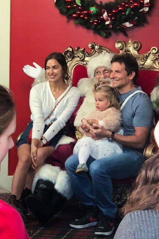 Irina s Bradleym Cooperem a dcerkou Leou navštívili Santu.