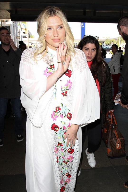 V podivných šatech byla Kesha na letišti nepřehlédnutelná.