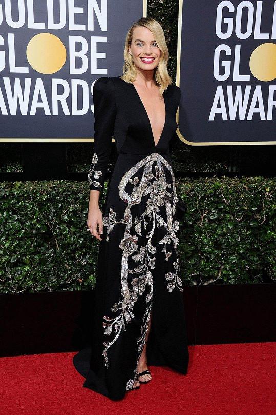V závalu klasických korzetových rób působila Margot Robbie velmi originálně v hedvábných šatech Gucci s hlubokým véčkovým výstřihem. Se stříbrným vyšíváním korespondovaly náušnice a prsten s perlami Tiffany.