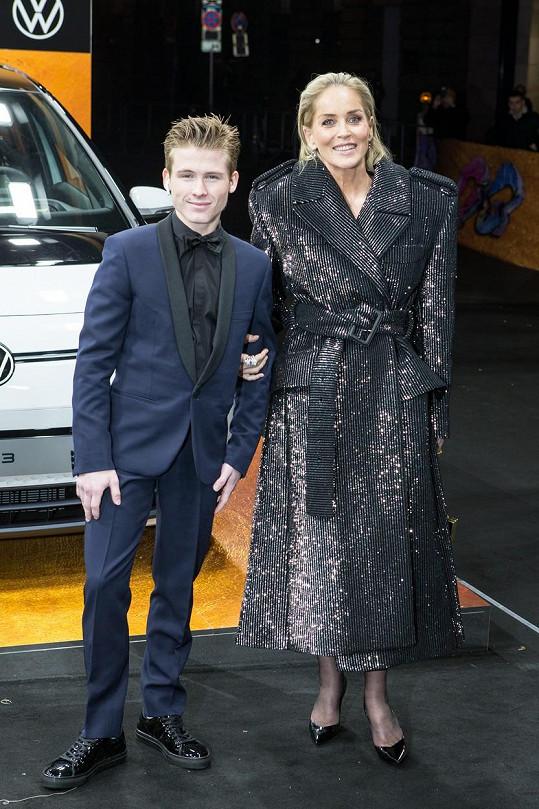 Syn Roan si nedávno zažádal o přidání příjmení své matky do toho svého.