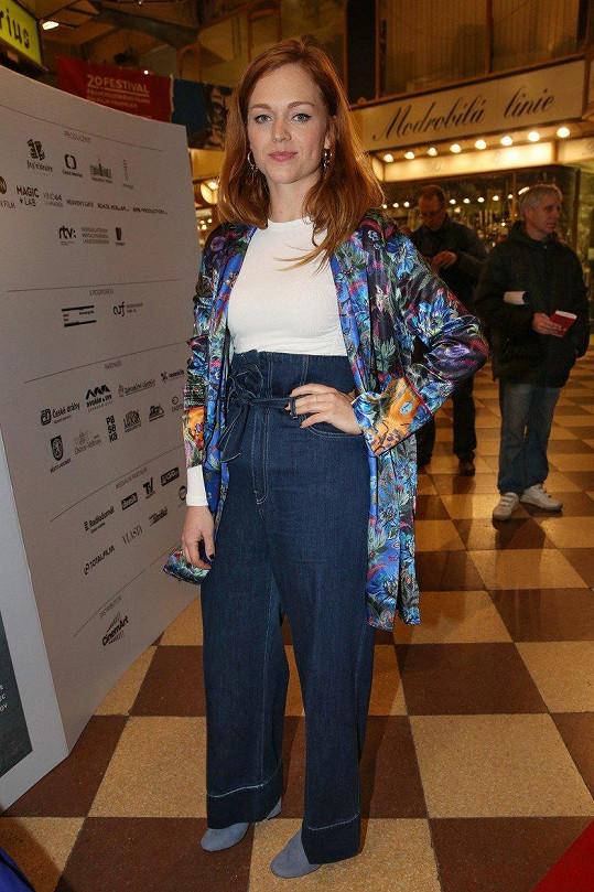 Outfit Ester Geislerové rozhodně baví, ale byl by vhodnější pro méně formální příležitost.