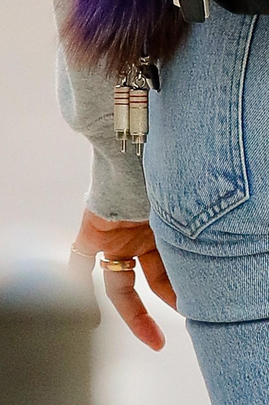 Prsteníček zdobí zlatý kroužek.