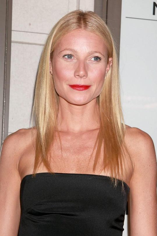 Gwyneth Paltrow přitom bohatě stačí řasenka, případně výraznější rtěnka...