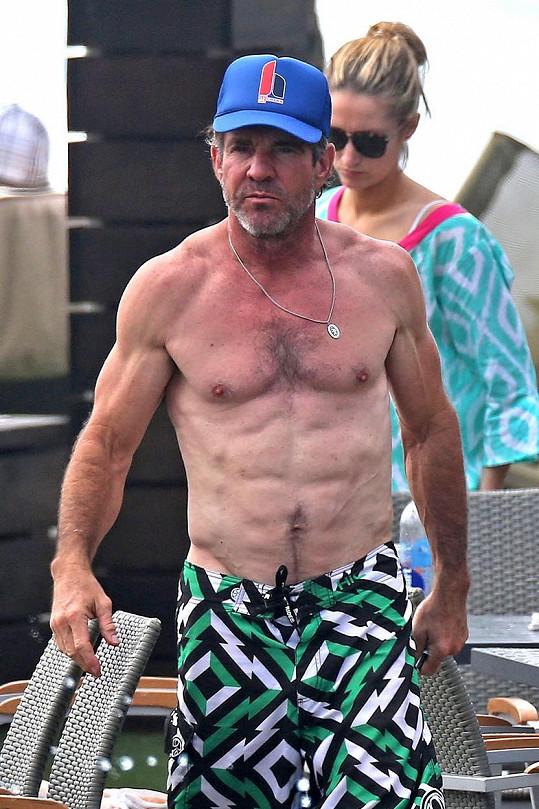 Dennis Quaid se může pochlubit svalnatým tělem.