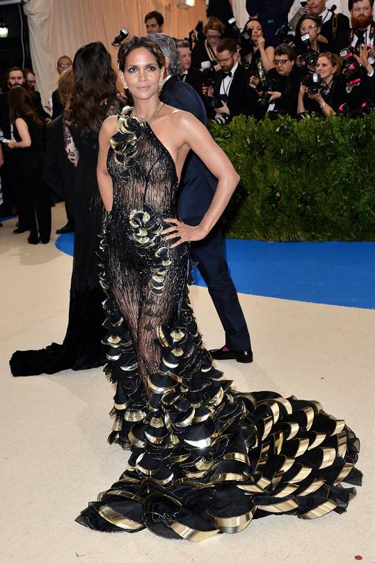 Při pohledu na dramaticky řešený hybrid overal Halle Berry z ateliéru Versace se tají dech. Nádhera.