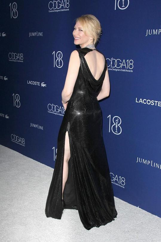 V černých šatech s vysokým rozparkem ukázala i záda.