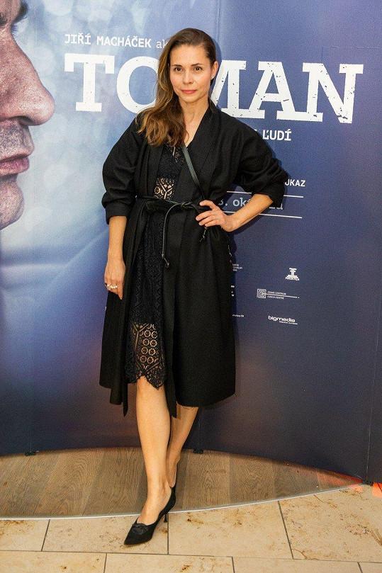 Kateřina Winterová dorazila na premiéru v průsvitných krajkových šatech.