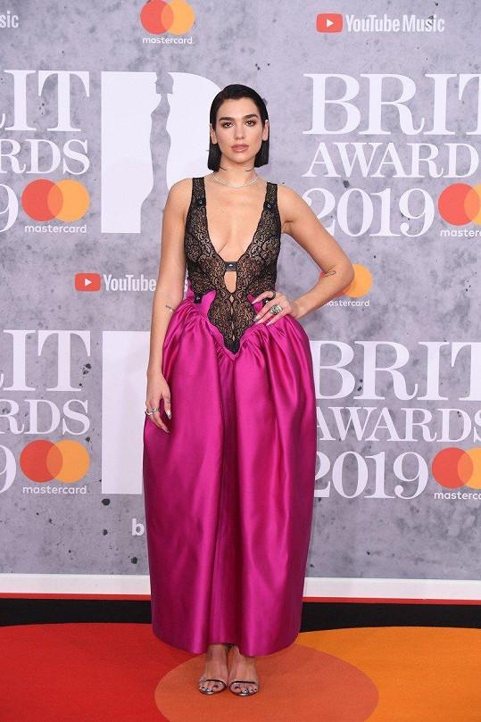 Kometa popové scény Dua Lipa nakráčela na rudý koberec v dráždivém modelu, který se skládal z vršku tvořeného krajkovým body a saténové sukně ve tvaru tulipánu. Osmdesátky jsou zpět.
