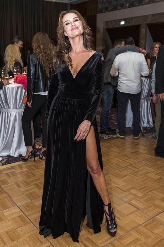 Silvia Lakatošová ukázala stehýnko.