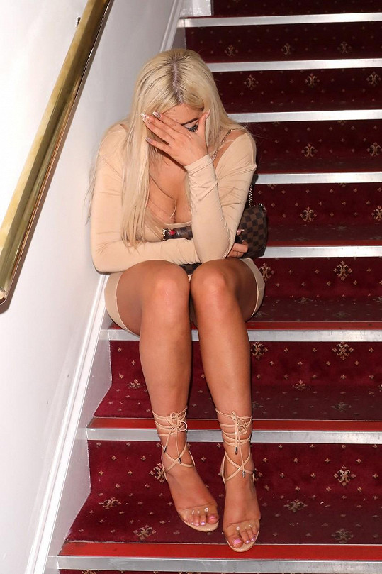 Rozplácla se i na schodech...