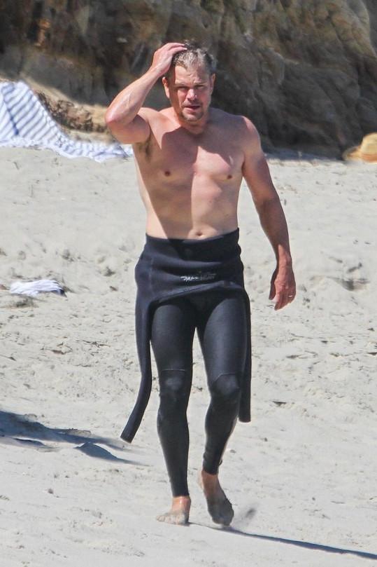 Matt Damon ukázal v Malibu svou mužnou hruď.