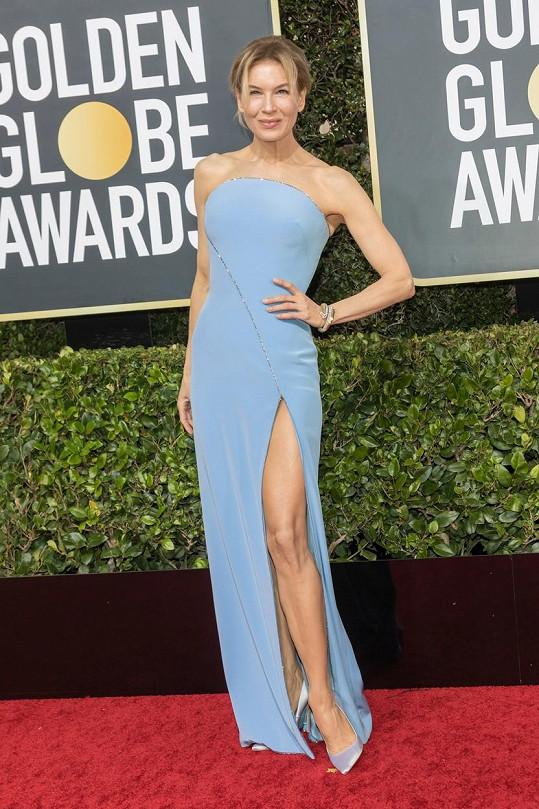Stala se vítězkou večera a na červeném koberci Renée Zellweger také bodovala. A to v minimalistické ledově modré róbě bez ramínek Armani Privé, která ladila i s obutím.