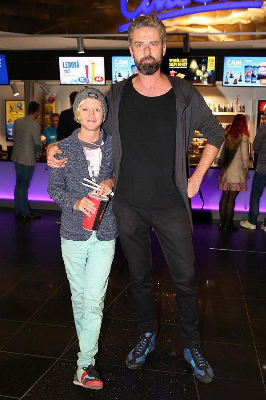 Otec a syn si vyšli do kina.