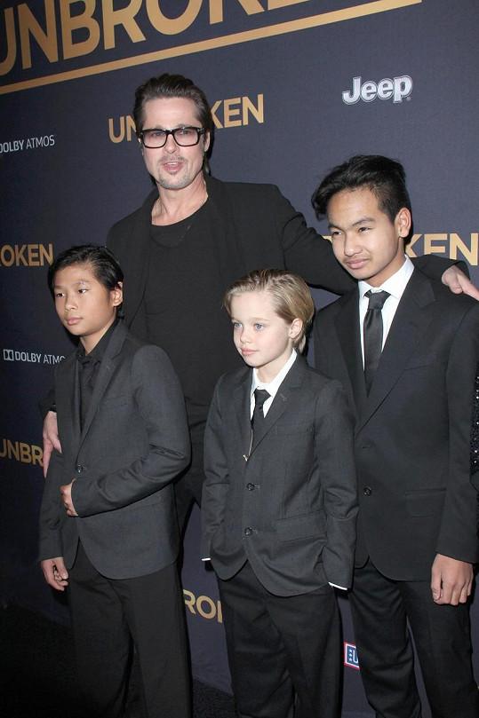 Brad Pitt s nejstarším Maddoxem, Paxem a dcerou Shiloh (archivní snímek)