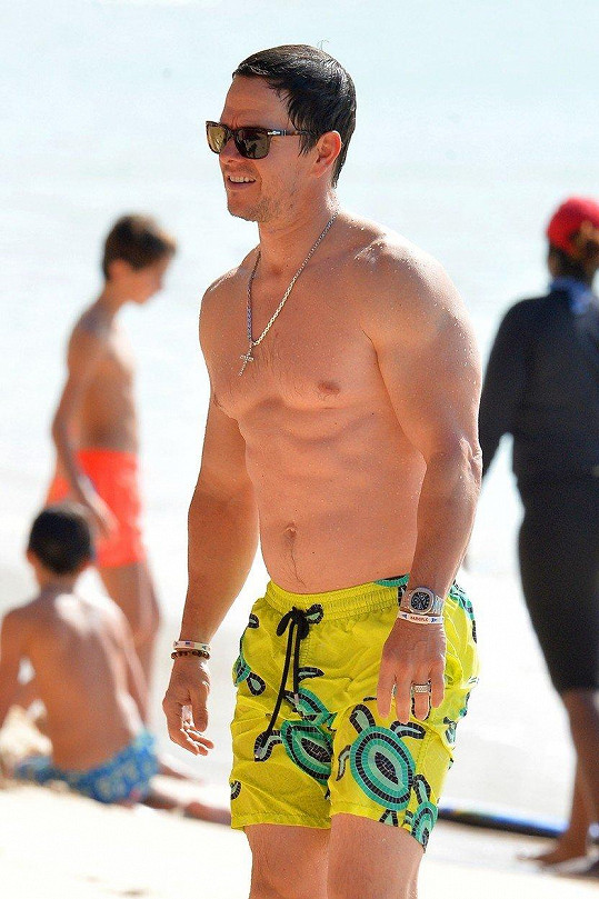 Mark Wahlberg vypadá v plavkách skvěle.