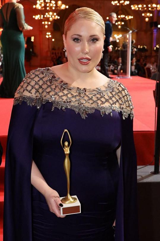 Hayley Hasselhoff na vídeňském galavečeru Žena roku, odkud si odvezla cenu.