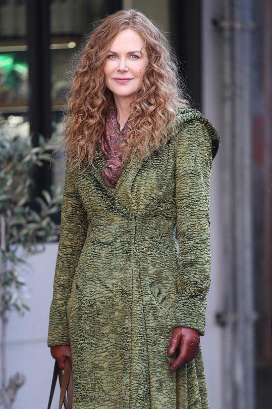 Nicole Kidman na natáčení nového seriálu díky vlasové proměně omládla tak o deset let.