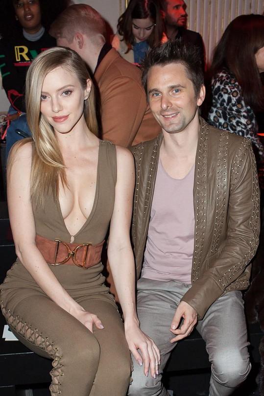 Matt Bellamy a Elle Evans na pařížské přehlídce Balmain