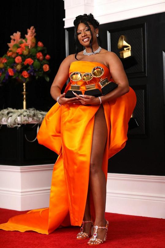 V březnu si z předávání cen Grammy odnesla tři gramofonky.