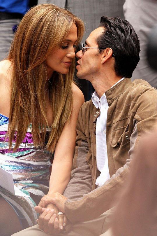 Bývalý manžel a otec jejích dětí, Marc Anthony, před Jennifer poklekl se šperkem v hodnotě více než 91 miliónů korun.