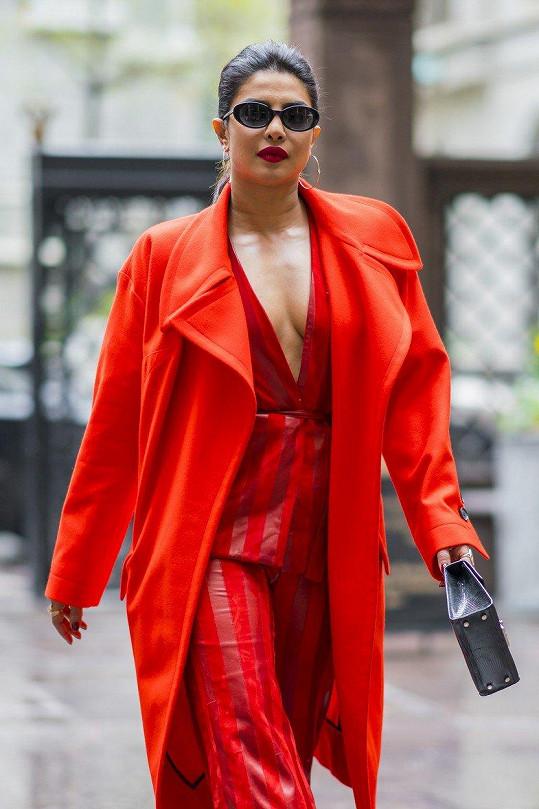 Priyanka Chopra je velmi výrazný typ a ráda to podpoří i volbou oděvu.
