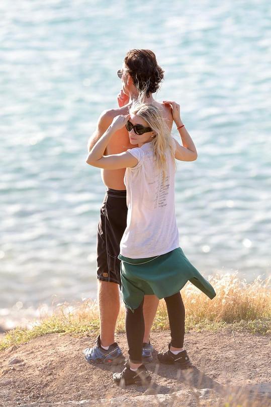 Ashley a Richard zažívají navzdory propastnému věkovému rozdílu intenzivní romanci.