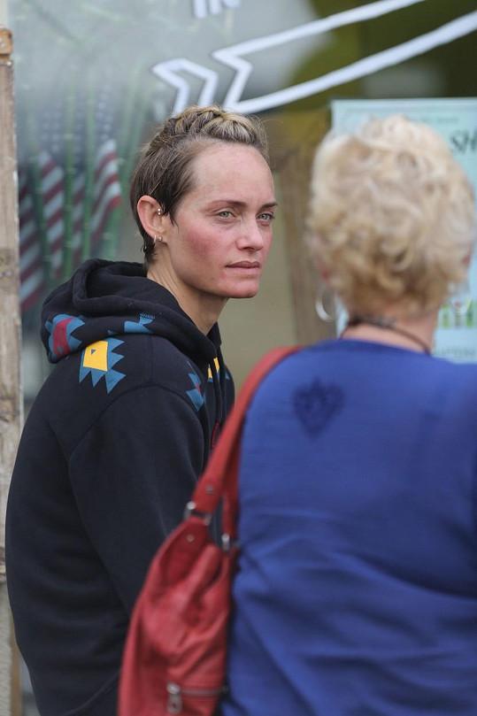 Modelka diskutovala na ulici s neznámou paní.