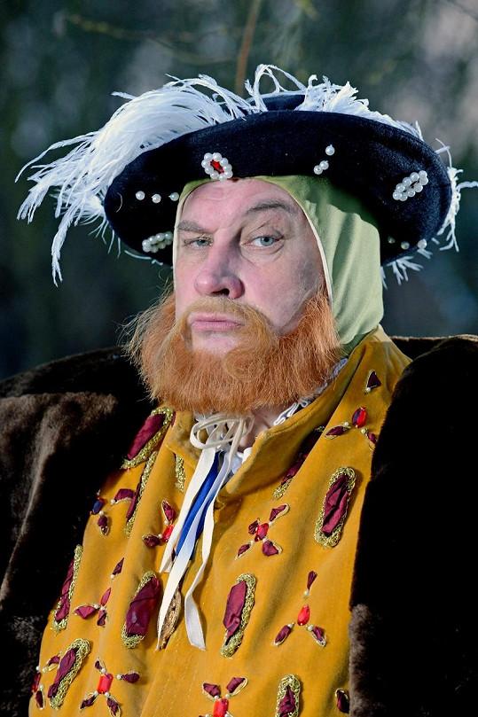 Tony Strange jako dvojník Jindřicha VIII.