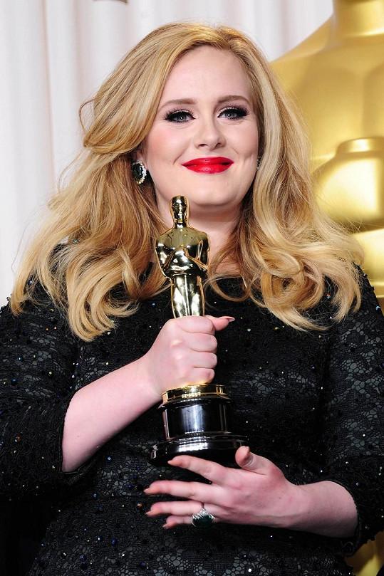 Adele v roce 2013 s Oscarem za píseň Skyfall