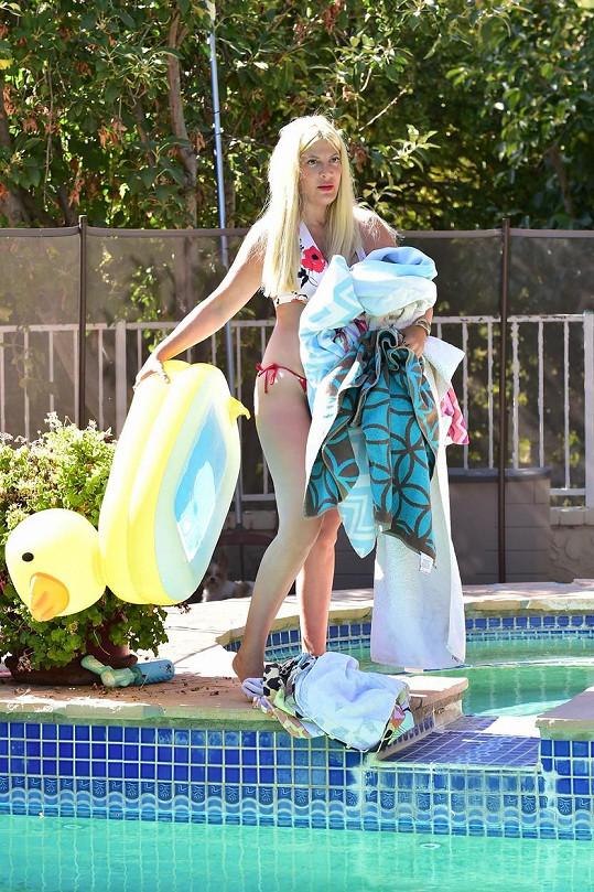 U bazénu se představitelka Donny zakrývala ručníky.