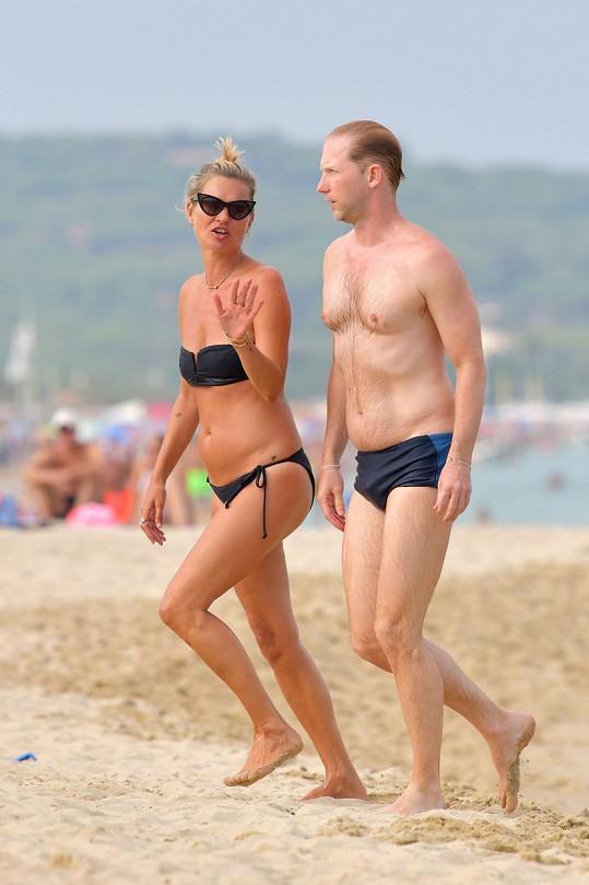 Kate Moss si užívá na dovolené.